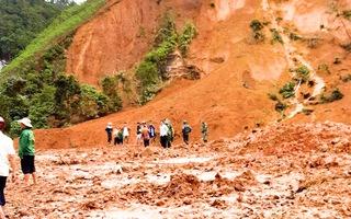 Video: Lở núi ở Tây Giang, Quảng Nam 9 người may mắn thoát nạn