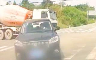 Video: Tài xế 19 tuổi vượt đèn đỏ, tông xe taxi làm 2 người tử vong