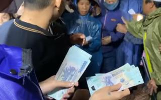 Video: Ca sĩ Thủy Tiên vừa hỗ trợ tiền cho người dân, cán bộ thôn đã cho người thu lại