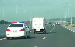 Video: Xe ưu tiên liên tục hú còi xin đường, tài xế xe tải vẫn thong thả
