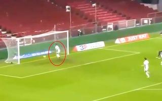 Video: Pha đá phản lưới nhà bi hài của cầu thủ Đan Mạch