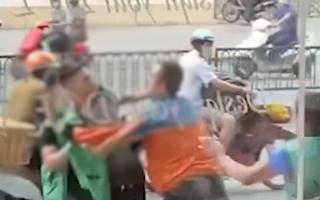 Video: Bốn tài xế giao hàng đánh nhau trên đường phố Hà Nội