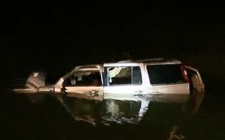 Video nóng: Ôtô tông xe máy rơi xuống sông, 5 người tử vong tại Nghệ An