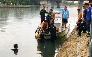 Video: Người nhái lặn tìm người đàn ông mất tích ở cầu Nguyễn Văn Cừ