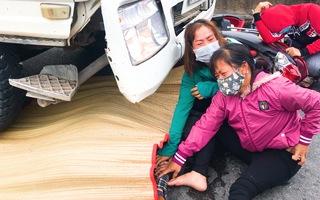 Video: Mẹ chở con đi khám bệnh bị xe bêtông cuốn vào gầm tử vong