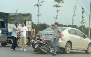 Video: Lùi ôtô trên cầu vượt đụng phải xe máy, tài xế còn lớn tiếng đe dọa