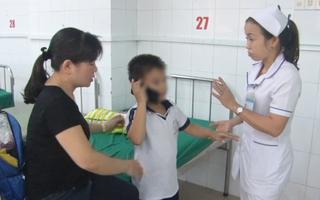 Video: Ong vò vẽ chích 10 em học sinh cấp 1 nhập viện cấp cứu