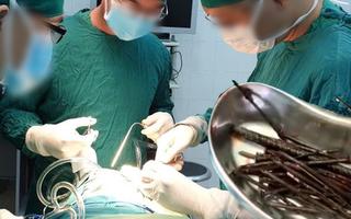 Video: Bác sĩ gắp 30 chiếc đinh sắt dài cả tấc từ bụng bệnh nhân 18 tuổi