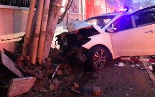 Video: Băng nhóm lái ô tô đi trộm, tông gãy cột điện trong lúc bỏ chạy