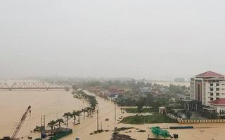 Video: Nhiều địa phương ở miền Trung đang ngập lụt nặng, có nơi sâu trên 2m