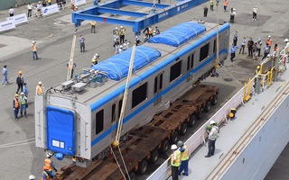 Video: Cận cảnh đoàn tàu metro đang được cẩu lên xe để chuyển về depot Long Bình, quận 9