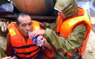 Video: Giải cứu thuyền viên trên chiếc tàu sắp chìm