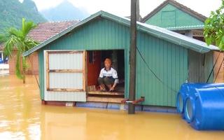 Video: Hơn 3000 hộ dân Quảng Bình bị ngập sâu trong lũ