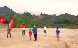 Video: Cắm cờ làm dấu để trực thăng thả hàng cứu trợ xuống vùng bị cô lập ở Phước Lộc