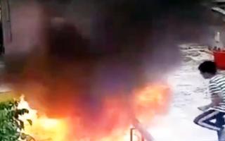 Video: Bé trai đổ xăng đốt nóc tòa nhà vì... tò mò