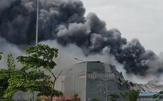 Video: Cháy lớn trong khu công nghiệp Hiệp Phước, cột khói bốc cao hàng chục mét