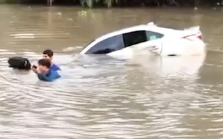 Video: Ô tô đánh lái tránh xe tải rồi lao thẳng xuống sông ở Kiên Giang