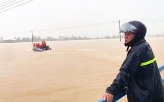 Video: Bão số 12 quét qua miền Trung, nhiều nơi ngập sâu