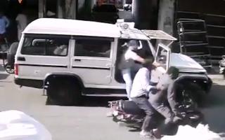 Video: Mở cửa xe gây tai nạn, cảnh sát còn tát vào mặt người đàn ông