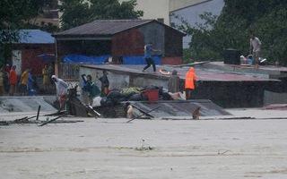Video: Người dân đua nhau leo lên mái nhà tránh lũ ở Philippines