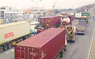 Video: Kẹt xe bủa vây đường vào cảng Cát Lái TP.HCM