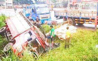 Video: Xe tải chở gỗ lật ngang, người dân phá cửa đưa tài xế đi bệnh viện