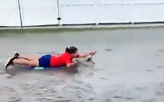 Video: Cô gái lướt ván trong khi bão Eta đổ bộ ở Mỹ