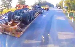 Video: Xe container lật ngược giữa đường, tài xế mắc kẹt trong cabin