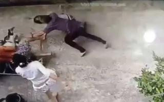 Video: Khoảnh khắc người dân kéo giá phơi đồ ra đường bắt 2 tên cướp giật ở TP.HCM