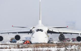 Video: Siêu vận tải cơ An-124 nổ động cơ, lao khỏi đường băng
