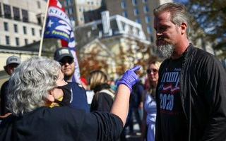 Video: Người ủng hộ Tổng thống Trump bị bên phản đối tấn công
