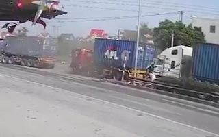 Video: Khoảnh khắc 3 container 'dồn toa' trên quốc lộ