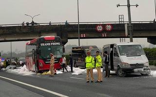 Video: Xe đầu kéo đánh rơi hàng chục bao bột đá trên cao tốc Pháp Vân - Cầu Giẽ, gây tai nạn liên hoàn