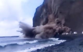 Video: Khoảnh khắc lở vách đá vùi lấp nhiều ô tô khiến du khách hoảng loạn