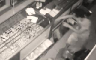 Video: Trộm đột nhập tiệm bạc từ nóc nhà lấy đi nhiều tài sản trị giá 1,2 tỉ