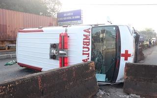 Video: Xe cấp cứu chở bệnh nhân bị lật ngang, 2 người bị thương