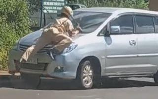 Video: Xe 7 chỗ hất văng CSGT trên nắp capô