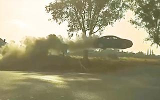 Video: Ôtô mất lái lao qua đường như 'tên lửa'