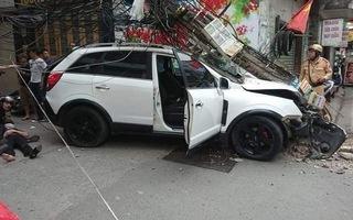 Video: Ôtô mất lái đâm văng 2 xe máy, rồi tông gãy cột điện ở Hải Phòng