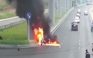 Video: Thanh niên liều mình lao vào đám cháy xe máy để cứu người