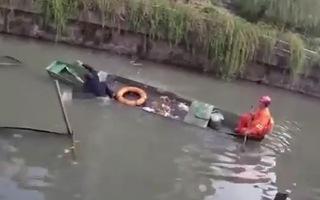 Video: Tự tử bất thành sau cãi nhau với chồng, người phụ nữ đạp cảnh sát cứu mình rơi xuống sông
