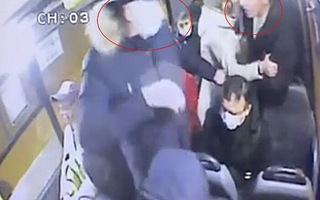 Video: Cự cãi với cặp đôi không đeo khẩu trang trên xe buýt, người đàn ông bị đâm chết