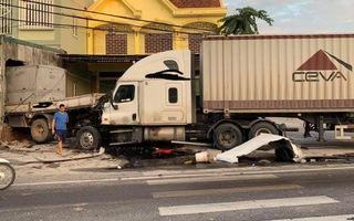 Video: Container nổ lốp húc xe tải đâm vào nhà dân