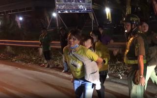 Video: Vợ cõng con gái 3 tuổi khóc thảm thiết khi chồng bị container cán tử vong