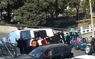 Video: Hàng chục người nhấc xe giải cứu cậu bé bị mắc kẹt sau tai nạn