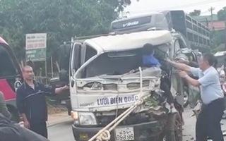 Video: Hai xe tải đấu đầu, tài xế mắc kẹt trong cabin