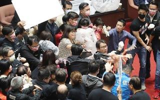 Video: Sốc nghị sĩ Đài Loan ném nội tạng heo thối vào nhau giữa nghị trường