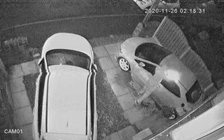 Video: Thanh niên đập phá, đốt 2 ô tô trước nhà dân