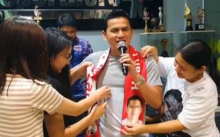 Video: Kiatisuk thể hiện ca khúc 'hãy về đây bên anh' để chia tay gia đình sang làm HLV trưởng HAGL
