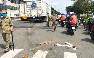 Video: Cô gái bị xe tải kéo lê hàng chục mét ở TP.HCM